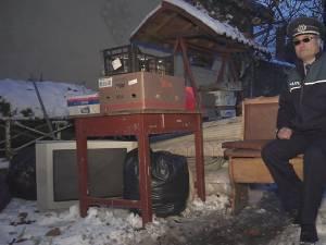 Agentul-şef principal Vasile Grumăzescu a protestat, pe 16 noiembrie, ieşind cu mobila în faţa casei în care a stat cu chirie, supărat că nu mai are unde locui