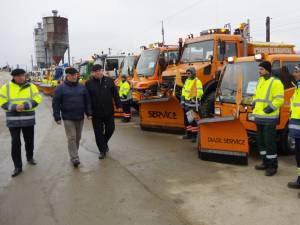 Primarul Ion Lungu a inspectat parcul auto al societăţii Diasil, cu care se va interveni pe străzile Sucevei, precum şi stocurile de antiderapant