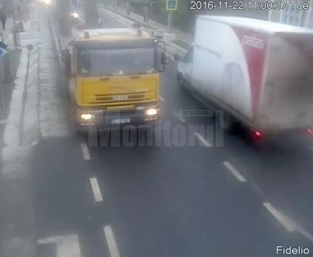 Autoutilitara din dreapta, în momentul premergător impactului. Şoferul nu a avut vizibilitate din cauza camionului din sens opus, însă asta nu îl scuză