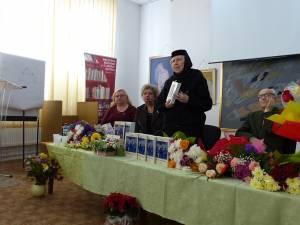 Monahia Elena Simionovici  vorbind despre cartea lansată de Doina Cernica