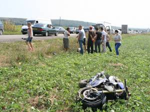 Tânărul de pe motocicletă a fost proiectat la câţiva metri distanţă, în afara drumului
