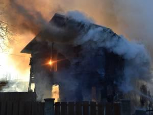 Casa construita din lemn a fost distrusa de flacari, batrana fiind gasita carbinizata sub daramaturi
