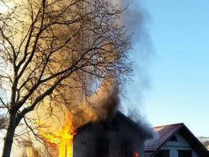 Când a fost observat, focul cuprinsese deja camera în care locuia femeia de 94 de ani