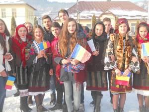 Elevi din Moldoviţa sărbătorind Ziua Națională a României