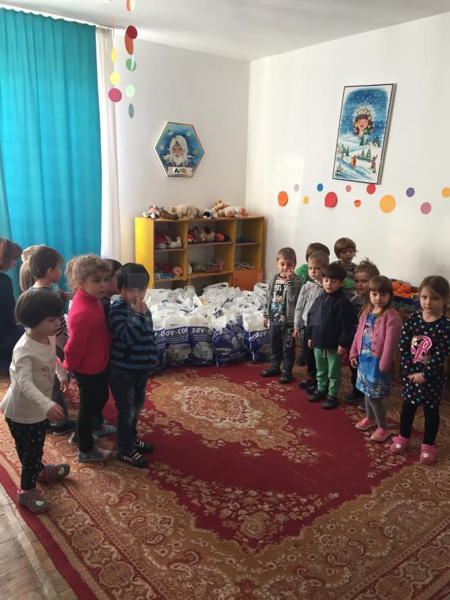 """Preşcolarii de la Grădiniţa Colegiului """"Mihai Eminescu"""" le-au oferit cadouri vârstnicilor de la Solca"""