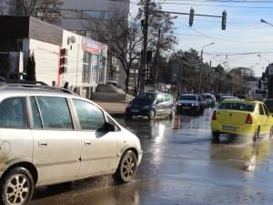 Străzi inundate cu apă potabilă, de la o greșeală de manevrare a unui hidrant