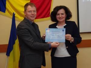 Directorul Institutului Francez din România, Christophe Gigaudaut, îi înmânează distincţia Danielei Dungeanu