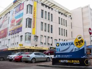 Acumulatorul Varta - produsul de sezon al firmei Auto Albina, într-o prezentare stradală inedită