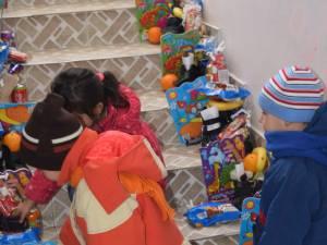 Moş Nicolae, în mijlocul copiilor şi adulţilor ocrotiţi în sistemul de protecţie