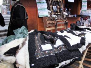 Meșteri populari cu produsele lor, la Shopping City Suceava