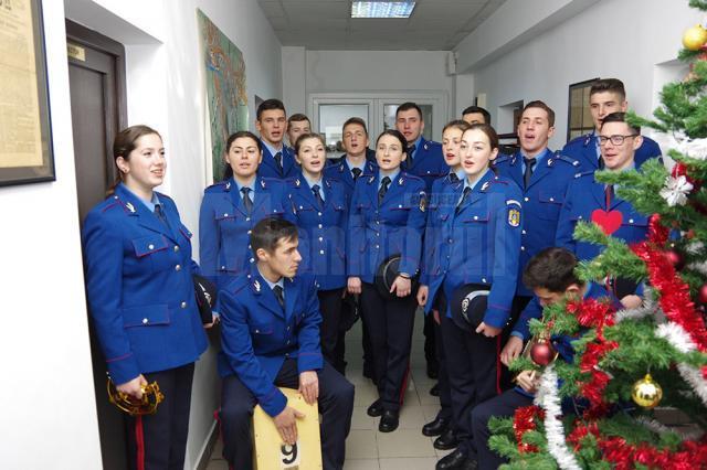 Un grup format din 16 elevi de la Şcoala Militară de Subofiţeri Jandarmi Fălticeni a colindat, ieri, redacţia Monitorului de Suceava