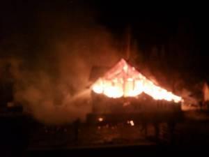 Flăcările au distrus acoperişul casei, al unei anexe și al grajdului de animale