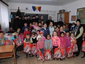 Preoţii și reprezentanții Ocolului Solvic Bisericesc, în mijlocul copiilor fericiţi, după ce au primit cadouri de Crăciun