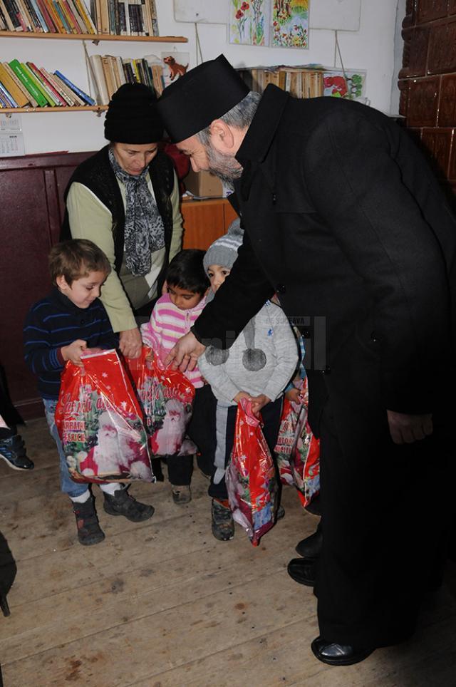 Bucurie pe chipurile celor mici când au primit cadourile din mâna preoţilor