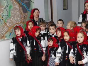 """Redacţia Monitorului de Suceava, colindată ieri de """"Buburuzele"""" de la Grădiniţa """"Sf. Ioan cel Nou"""""""