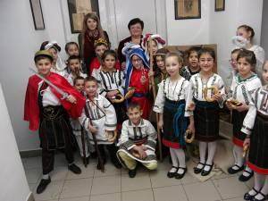 """Colindători de la Aşezământul de copii """"Sf. Ierarh Leontie"""" de la Rădăuţi"""