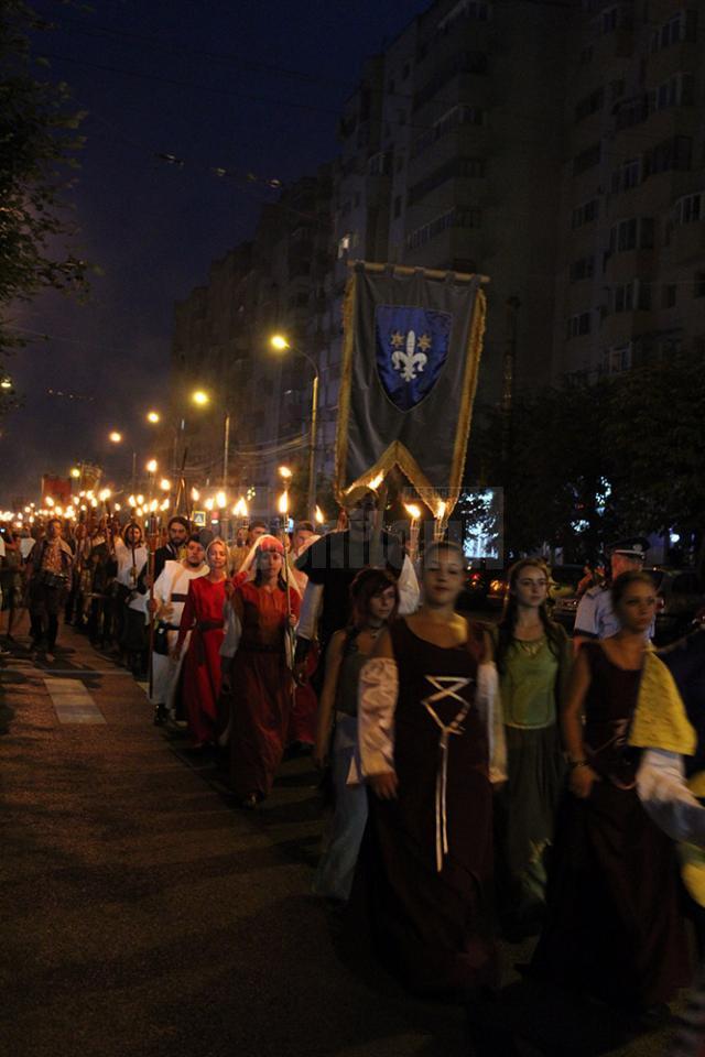 Parada cavalerilor şi domniţelor, cu care începe de fiecare dată festivalul, este cea mai lungă din România şi se pare că şi din Europa Centrală şi de Sud-Est