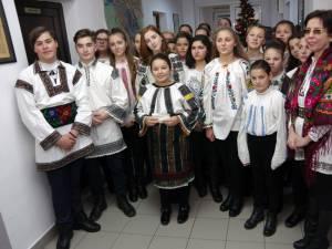 Elevi de la Școala Gimnazială Ilișești au colindat, ieri, redacția Monitorului de Suceava