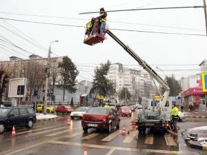 În timp de aproximativ șapte ore au fost montate toate cele cinci lămpi ale semafoarelor și cutiile de conexiune
