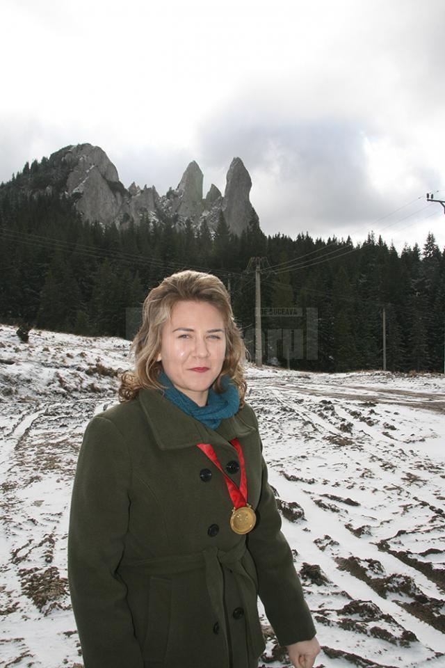 Sabina Calisevici cu medalia de aur pe Rarău