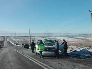 Maşina a lovit malul de pământ, s-a rotit în aer, și a revenit pe carosabil, în sensul invers deplasării
