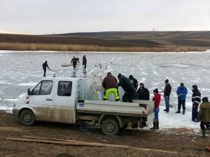 Pompierii au pornit acţiunea de tăiere a gheţii de pe lacul Parțâc, miercuri dimineaţa