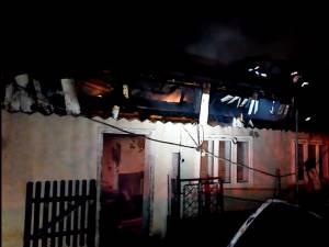 După aproape patru ore de intervenţie, pompierii au reuşit să lichideze incendiul, însă acesta a lăsat pagube importante în urma sa