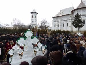 Credincioşii s-au adunat de Bobotează în fața altarului de cruci de gheață din curtea bisericii Sf. Gheorghe din Bosanci