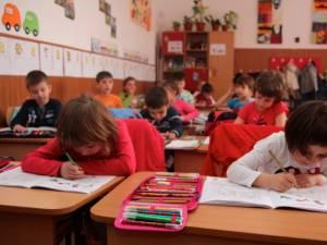 Elevii suceveni se întorc de miercuri la şcoală
