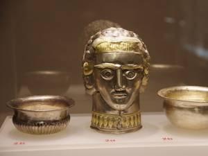 """Obiecte din expoziţia """"Aurul şi argintul antic al României"""", de la Muzeul de Istorie"""