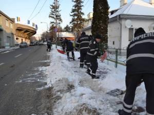Pompierii suceveni au ieşit la deszăpezit trotuare