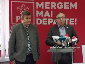 Preşedintele Organizaţiei Municipale Suceava a PSD, Dan Ioan Cuşnir (dreapta), şi liderul consilierilor PSD din Consiliul Local Suceava, Vasile Mocanu