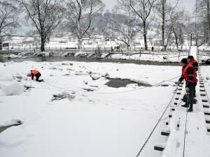 Podurile de gheaţă formate au grosimi între 6 şi 40 de cm şi se întind pe lungimi chiar şi de zeci de kilometri