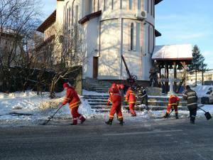 Pompierii de la Detaşamentul Suceava al Inspectoratului pentru Situaţii de Urgenţă la curățat zăpada