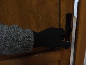 """Hoţii, de multe ori ascunşi sub """"haina"""" cerşetorilor, încearcă uşile apartamentelor, iar acolo unde este deschis intră"""