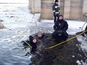 Exerciţiu de scufundare pe timp de iarnă