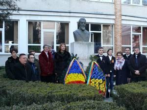 Manifestările au început la statuia domnitorului Alexandru Ioan Cuza, din faţa şcolii, cu depunerea de coroane şi jerbe de flori