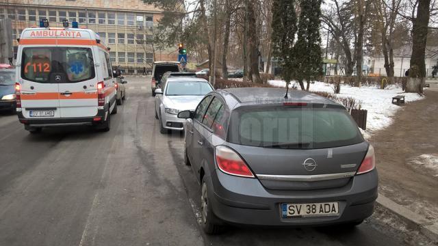 Ambulanță blocată în trafic la ieşirea de pe strada Scurtă