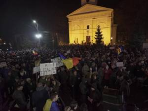 Peste 2.500 de oameni au protestat și ieri în Suceava