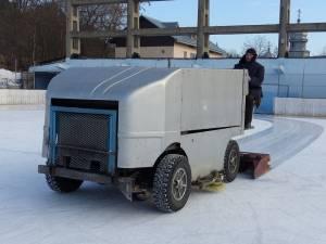 De cel puțin două ori pe zi, gheața este pregătită cu ajutorul rolbei, o maşină care foloseşte apa caldă pentru a da planeitate gheţii