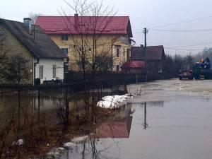 Zăpoarele de pe râurile Bistriţa şi Dorna au provocat inundarea mai multor gospodării