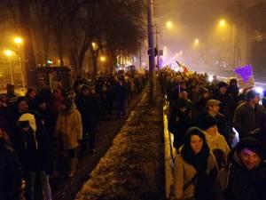 Mii de suceveni au ieşit pe străzile Sucevei şi duminică seara, după abrogarea OUG 13