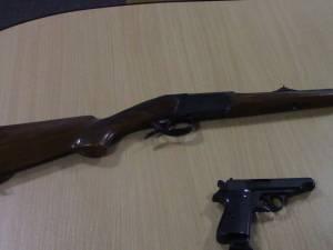 Peste 50 de deţinători de arme letale şi neletale, verificaţi de poliţişti în weekend