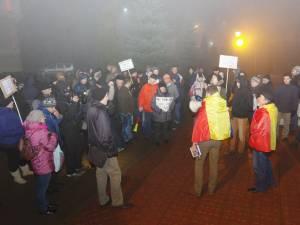 Protestatarii în faţa Palatului Administrativ