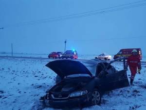 O maşină în care se aflau cinci persoane s-a răsturnat în afara drumului