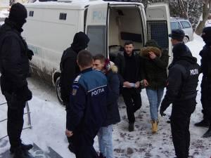 Cinci dintre inculpaţi au fost prezentaţi, ieri la Tribunalul Suceava, cu propunere de arestare preventivă