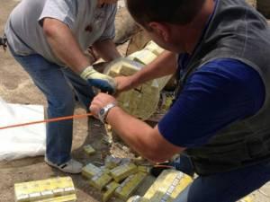 Cele peste 100.000 de pachete de ţigări de contrabandă aduse în România din Ucraina într-un transport de buşteni