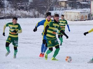 Terenul înghețat le-a pus probleme ambelor echipe