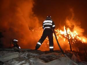 Întregul garaj în care se afla și autoturismul proprietarului a fost mistuit de flăcări