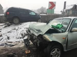 Două maşini, implicate într-un accident spectaculos la Boroaia